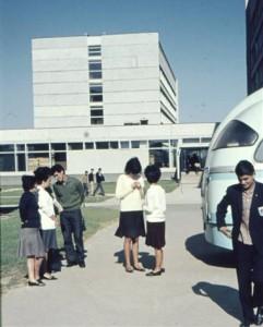 Lenin y compañeros de universidad en el campus universitario