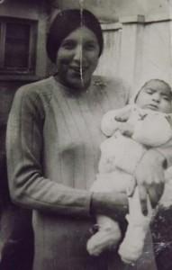 Mónica y su hijo Rodrigo, 1972.