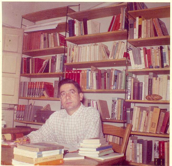 Fernando Ortiz en su escritorio en la casa de Grecia