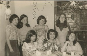 Aminta Traverso y alguna mujeres de agrupación de familiares de detenidos desaparecidos, 1977