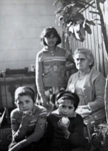 Hermanas Navarro y su abuela Ester