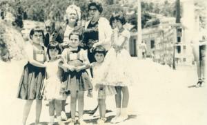 Ester Bahamondes y sus nietas en la población ferroviaria, recreo, viña del mar