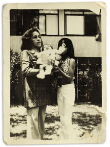Maria Veronica Cienfuegos con su hija y madre, 1973